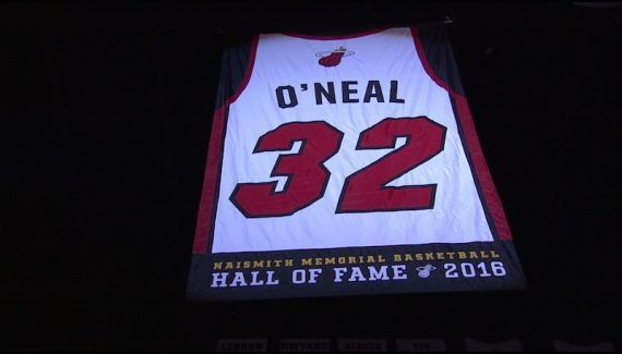 Les images de la fête du Shaq à Miami -  Il avait déjà son maillot retiré chez les Lakers. Et à côté de lui, au poste commentateur pour TNT, Reggie Miller s'offusquera que le Magic n'ait encore rien fait en… Lire la suite»  http://www.basketusa.com/wp-content/uploads/2016/12/shaq-570x325.jpg - Par http://www.78682homes.com/les-images-de-la-fete-du-shaq-a-miami homms2013 sur 78682 homes #Basket