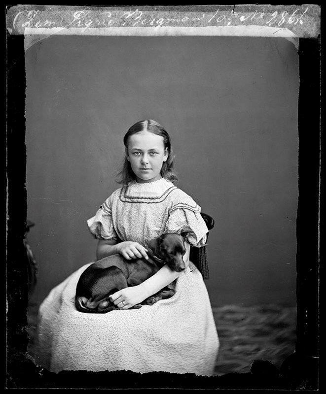 Stockholms digitala stadsmuseum — Porträtt av demoiselle Sigrid Bergman med hund.