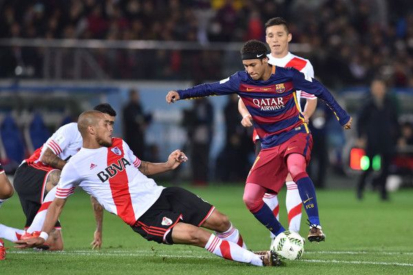 Neymar of FC Barcelona controls the ball during the final match between River Plate and FC Barcelona at International Stadium Yokohama on December 20, 2015 in Yokohama, Japan.