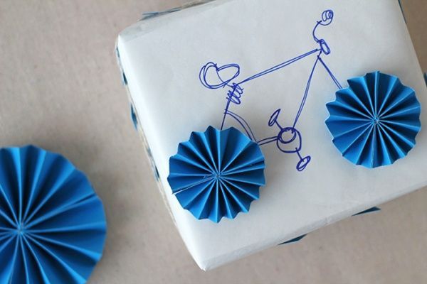ideas for gift packaging and wrapped presents - cute bicycle wrapping: