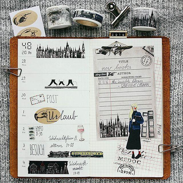 Meine aktuelle Wochendeko im Travelers Notebook 📚 eigentlich wollte ich sie ja weihnachtlich gestalten 🙈 letztendlich ist sie eher schwarz weiß geworden 😅🏠🏚 ~ the current week in my travelers notebook 📓 //#travelersnotebook #journaling #midori #traveler #washilover #filofax #stationery #filofaxdeutschland #plannergoodies #maskingtape #washitape #journaling #christmasdiy #stamps #scrapbooking #filomaniac #kikkik #planner #details #planning #plannercommunity #crafting #artjournal…