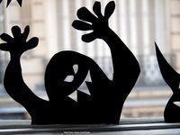 HallOween passera par les fenêtres ...papier noir à découper + adhésif double face + gommettes fluO = mieux que des rideaux ...