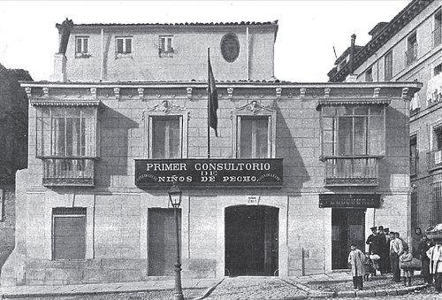 1903. Consultorio de la Gota de Leche en la calle de San Bernardo. Madrid. Fotografía publicada el 8 de diciembre de 1903 en La Ilustración Española y Americana.
