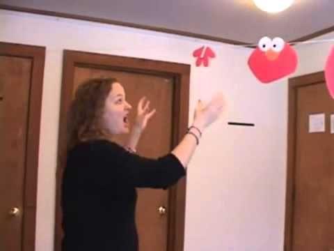 Encorajar a sua criança com autismo a solicitar e participar no quarto de brincar.