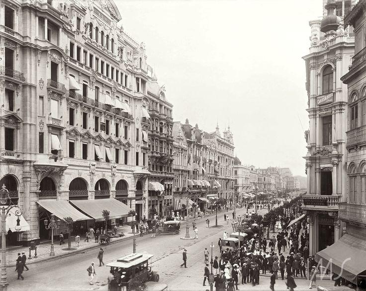 Marc Ferrez. Avenida Central, atual avenida Rio Branco, na altura da rua do Ouvidor com rua Miguel Couto. 1906. Rio de Janeiro / Acervo IMS