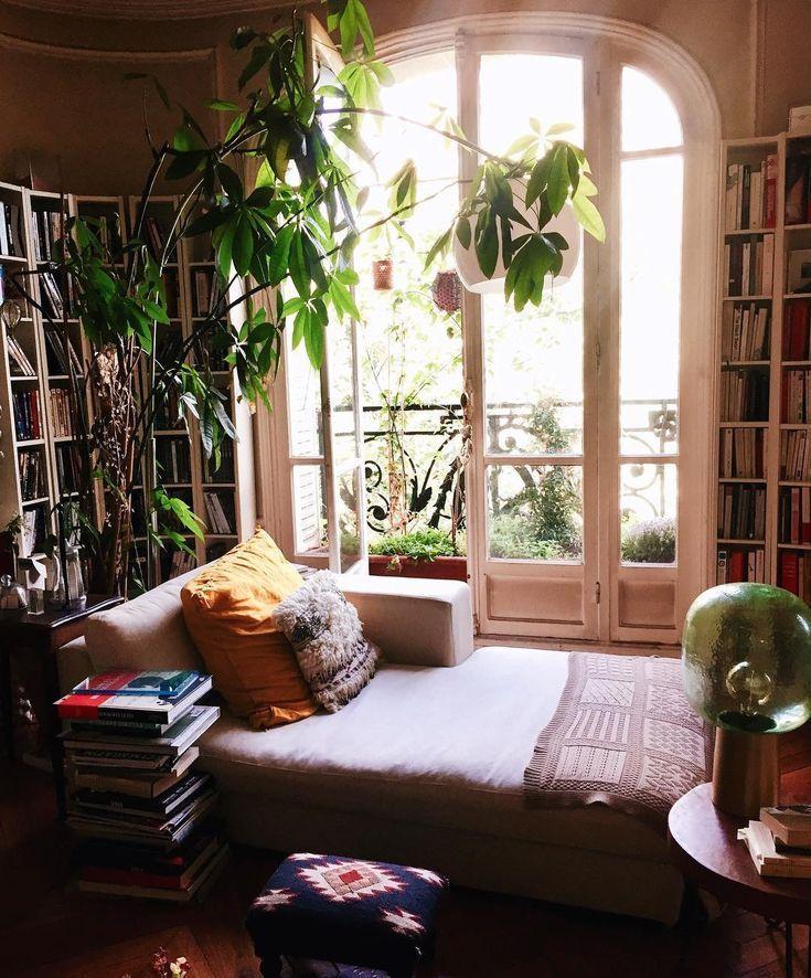 Böhmisches Wohnzimmer mit großen Pflanzen und Bücherschränken in der Pariser Wohnung #homede