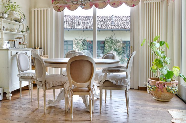 Today we talk about shabby chic! For those of you who don't already know, shabby chic is a term that refers to a style based on vintage or well-worn materials.