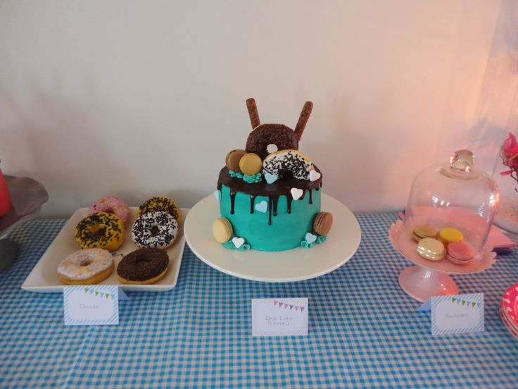 Sweetttable: donuts - drip cake (lemon) - macarons