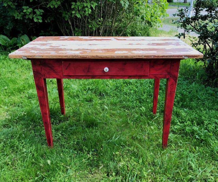 Ett gammalt köksbord som tillåter gräset att växa sig för långt för att grannarna ska uppskatta det. Släng fram en bit lagrad ost, en korvbit, ett lantbröd och ett glas vin och njut av sommarkvällen i stället.