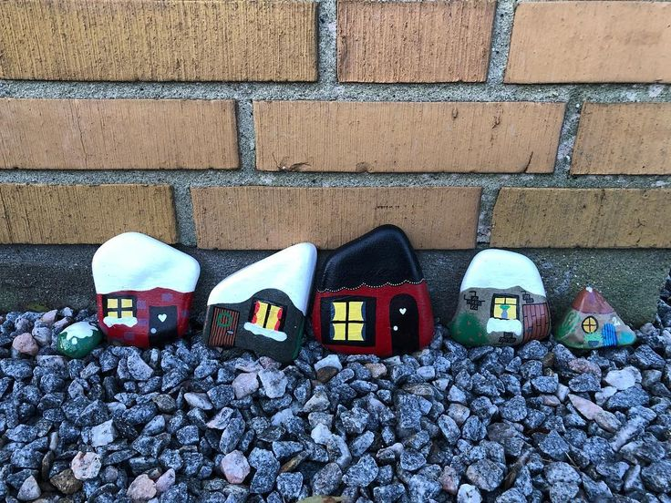 #diy #diypresent #paintedrock #paintedstone #paintingrocks #paintingstones #art #paintedrocksofinstagram #paintedstonesofinstagram #malerpåsten #denmark #stoneart #rockart #posca #eddingspray #hobby #creativeliving #creative #panduro #interiordecor #hobby #paint #creativity #create #tinystonehouses #stonehouses #littlehouses #homesweethome Reposted Via @vickyfriisjaeger