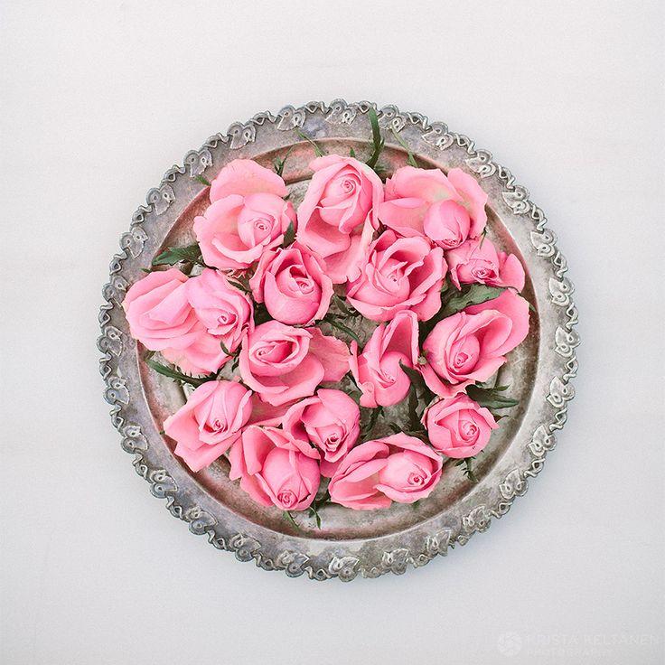 Vaaleanpunaiset ruusut kuiskaa lempeistä tunteista, viattomasta rakkaudesta ja punasta, mikä hehkuu morsiamen poskipäillä. Teille, alkavan kesän hääpareille!The pink roses seem to be whispering about innocent love, tenderness, and the rosy glow of the bride's cheeks.