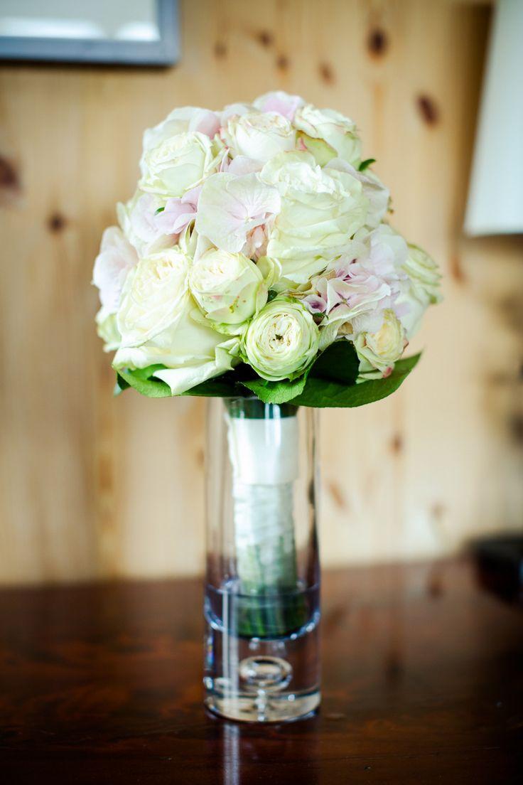 Brautstrauß mit weißen und rosa Rosen #wedding #braut #hochzeit #bride #weddingflowers