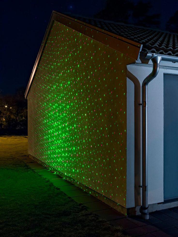Utendørs laserlampe fra Konstsmide med røde og grønne LED som gir en meget dekorativ stjerne-effekt på veggen. Lampen har timer-funksjon hvor du kan velge mellom 4, 6 og 8 timer. Lampen kommer inklusive transformator, fjernkontroll og markspyd.