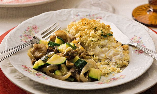 Medalhões de pescada assados no forno com cogumelos Portobello e crosta de broa, um prato leve, ideal para um jantar durante a semana.