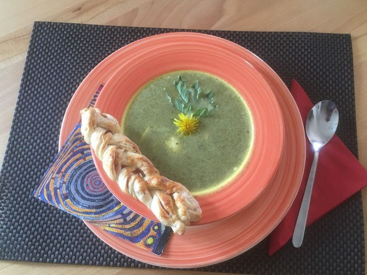 Kräutersuppe mit Schinkenstangerl  Gesund,  schmackhaft und bestens geeignet, um der Frühjahrsmüdigkeit entgegenzuwirken! Um die Suppe ein wenig zu variieren, kann man auch einfach 250ml Gemüsesuppe durch Weißwein ersetzen!  Rezept findet ihr im Link!