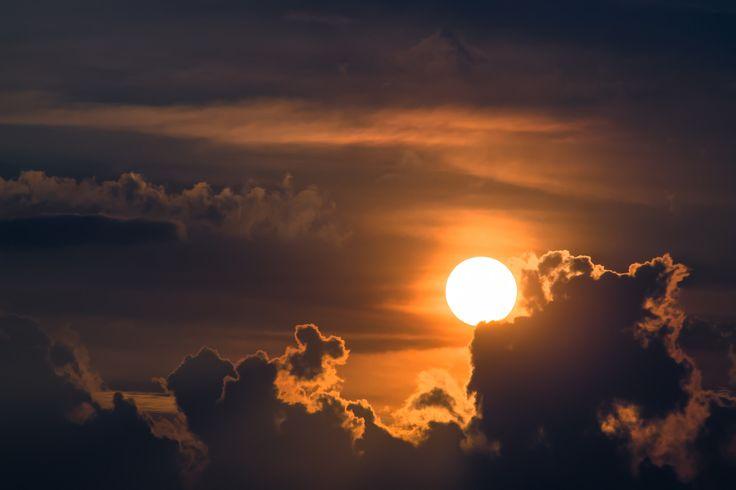 https://flic.kr/p/Cjd3Hz   Brilla sobre las nubes -  Shines above the clouds   No importa lo densas que sean las oscuras nubes, el Sol siempre brilla por encima de ellas. No matter how dense they are the dark clouds , the sun is always shining above them