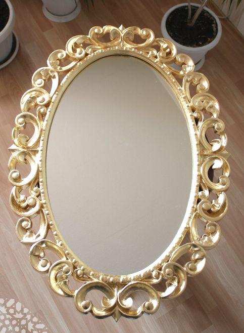 Овальное зеркало в золотой раме