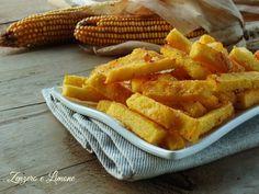 Questi bastoncini di polenta al parmigiano sono un finger food salato molto sfizioso ed anche leggero poiché sono cotti al forno. Perfetti per l'aperitivo.