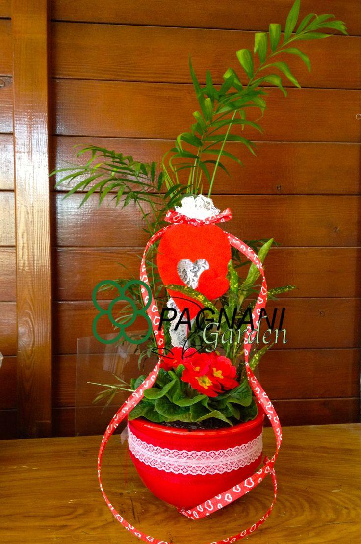 Composizione da interni ideale per la festa della mamma impreziosita con cuori e pizzi evidenziati dalla ricchezza del colore rosso.
