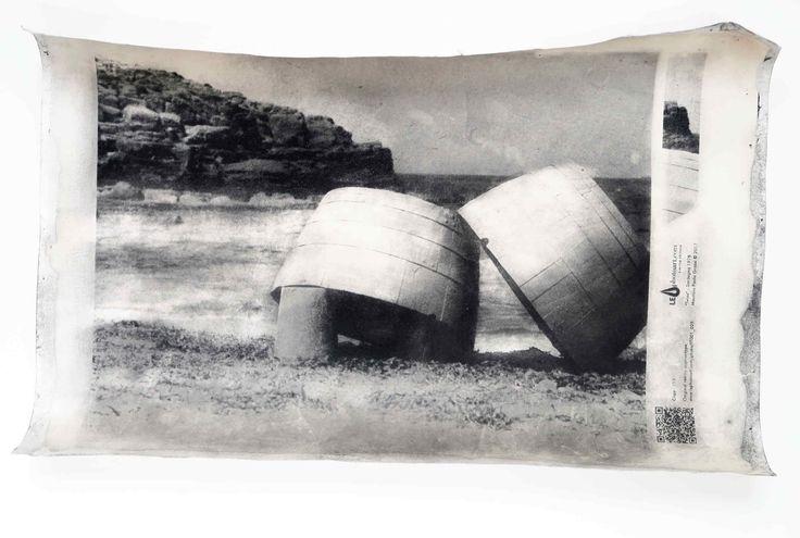 """IT001_025. Twins  Una foto di spiaggia nell'Isola di San Pietro nella Sardegna della fine degli anni settanta del '900. Foto d'arte stampata completamente a mano con una tecnica esclusiva denominata resino-pigmentye. Il cartoncino utilizzato come supporto è a base di cotone che è stato trattato e sensibilizzato direttamente dall'artista.      """"I pescatori rientrati dal lavoro posavano ad asciugare i contenitori delle reti. Gli attuali abitanti dell'Isola di San Pietro sono i dis"""