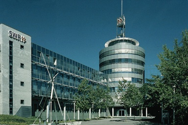 The Southwest German Radio SWR location Mainz is the head office of the broadcasting division for the state of Rhineland-Palatinate. The Internet offers of ARD.de and - in part - of SWR.de originate here. Television news, regional magazines, radio as well as national programmes, such as REPORT MAINZ, are produced in the studios.