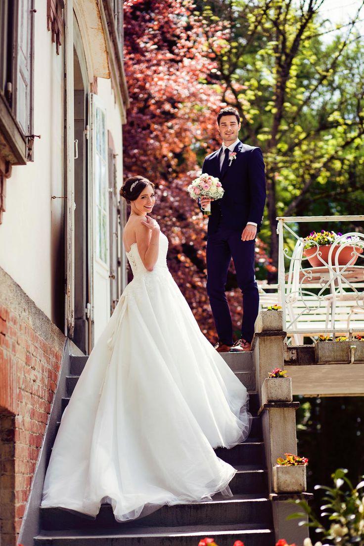 Bräutigam wartet am Ende der Treppe mit Brautstrauß auf seine Braut bei www.weddingstyle.de | Foto: Tetty´s Photography