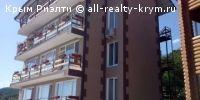 #Алупка #Продам: 3 комнатная квартира  Квартира-апартаменты площадью 85 кв.м, занимает весь верхний этаж небольшого элитного многоквартирного дома. Отдельная лестница. Отдельный вход. Панорамный балкон вокруг квартиры с видом на море, Воронцовский дворец и г. Айпетри. В квартире 2 спальни 28 кв.м и 16 кв.м, гостинная, просторная кухня-столовая - 26 кв.м, санузел 6 кв.м, - совмещен, коридор - 5 кв.м. Вода отдельной скважиной из источника на Айпетри. Свет - без перебоев. Отопление…