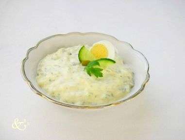 Für den Ei-Dip mit Kräutern die Eier etwa 8 Minuten hart kochen, kalt abschrecken und sofort schälen.  Zwiebel schälen.  Eier, Gurkerl und Zwiebel fein hacken.  Kräuter waschen, trocken schleude