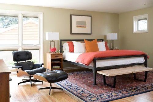 Ein neutraler Hintergrund deckt dieses Master-Schlafzimmer Wände, die Ergebnisse zu mehr Leichtigkeit und Luftigkeit. Foto von Hart STUDIO LLC