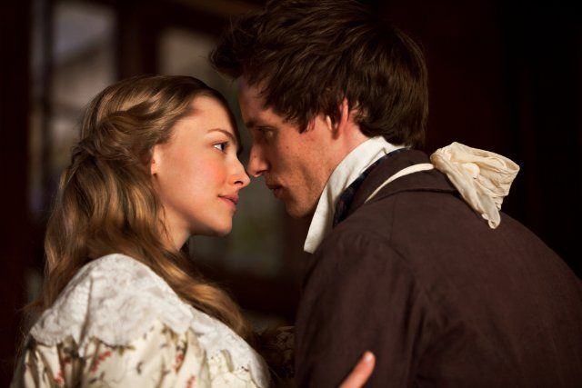 Still of Amanda Seyfried and Eddie Redmayne in Les Misérables