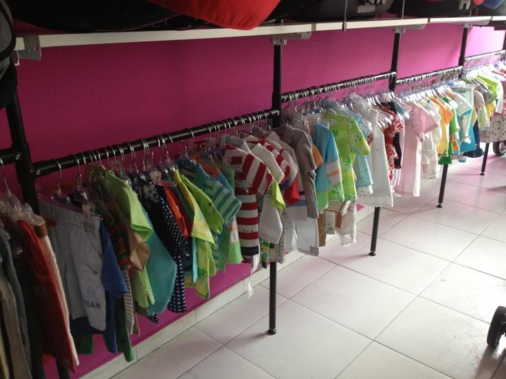 Tenemos ropa de niños de 3 meses a 4 años de muestrarios y de tiendas en liquidación, a precios muy reducidos. Pásate a verlos a nuestra tienda de la calle Cádiz, 11.