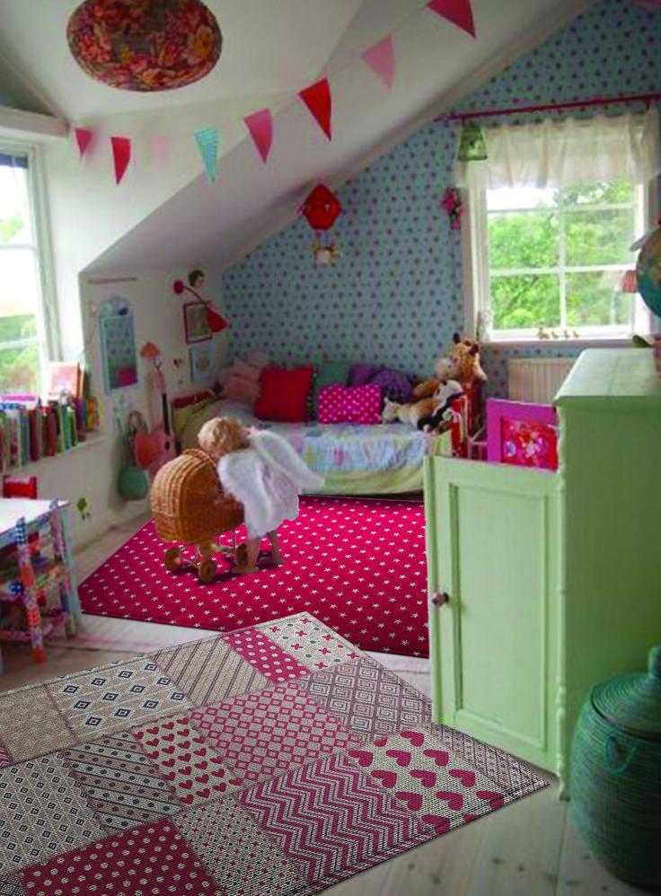 Vintage vloerkleed voor de kinderkamer met rode en roze tinten in een ...