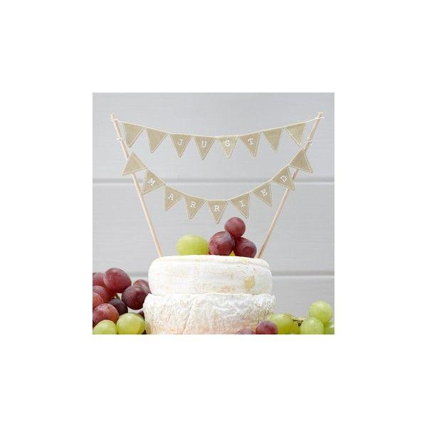 Questo cake topper è ideale da utilizzare per decorare con originalità la vostra  torta nuziale: realizzato con piccole bandiere triangolari in cotone effetto vintage  con la stampa JUST MARRIED che oscilla fra i due bastoncini.  Regolabile in larghezza con un'altezza di 17 centimetri per ogni bastone. 2 bastoni  per confezione.