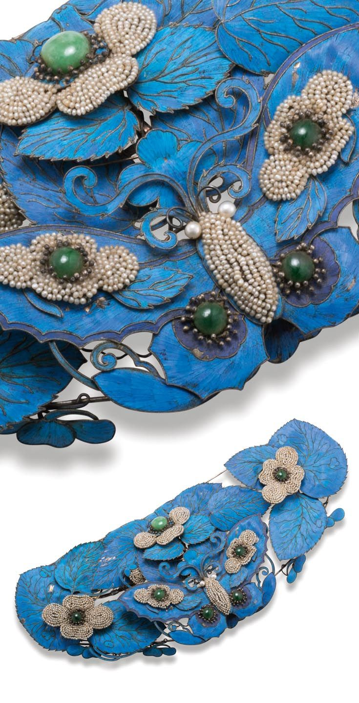 China | Kingfisher feather embellished hairpin; applied on silver plates and traced in silver filigree, freshwater pearls and jadeite.  26.9 cm. | ca. 19th century, Qing Dynasty | Est. 20'000 - 30'000 HK$ ~ (Dec '15)