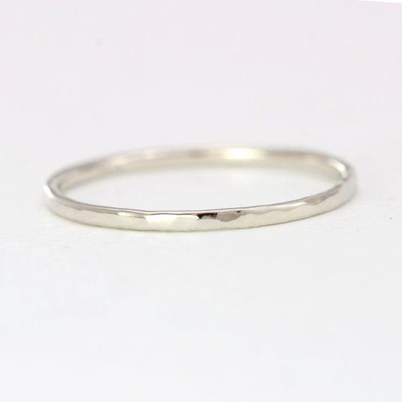 Dieser zierliche Ring eignet sich als ein Ehering oder als eine einfache Setzring. Es ist geschmiedet mit einem 1.2 mm Runde Stück massivem gold Metall, die auf Ihre Größe gebildet wird, handgehämmertes und Hand poliert speziell für Ihre Bestellung. Dieser 14k weiß-gold-Version dieses Rings ist natürlich grau/weiß, fotografiert, und es ist nicht Rhodium beschichtet.  ♦ Massivem 14 k Gold (erhältlich in weiß, gelb oder Rose) ♦ 1,2 mm handgehämmerten band  Dickere Versionen stehen zur…