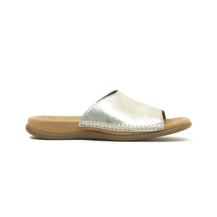 Comfortabele witte sandalen van Gabor,model 83.705! Deze sandalen hebben een grote band over de wreef en een heel goed voetbed. De dames sandalen zijn helemaal van leer en een rubber zool. Kenmerkend voor deze sandalen van Gabor zijn de grove kruissteken in een afwijkende kleur goud ter hoogte van de zool. Een dagje shoppen, een steden tripje of gewoon om en rond het huis alles kan met deze super sandalen.