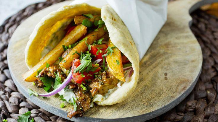 Smaken av Hellas! Gyros er en gresk spesialitet som kan minne litt om rullekebab i utseendet. Den serveres med herlig tzatziki, og krydres med middelhavsurtene oregano, timian og rosmarin. Det spesielle med gyros er at den serveres med pommes frites i selve rullen - prøv det, det er kjempegodt!    Tips: Her bruker jeg flate pitabrød og ikke «lommepita». De kan kjøpes i innvandrerbutikker, ferske eller frosne. Får du ikke tak i det, bruker du bare vanlige «lommepita». Er du skikkelig, ...
