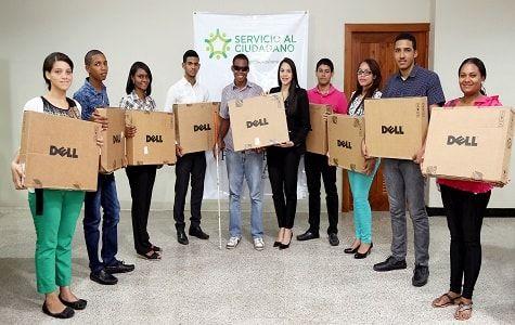 """Despacho de la Primera Dama Cándida Montilla de Medina, a través de su programa """"Servicio al Ciudadano"""",  entregó este lunes laptops a estudiantes"""