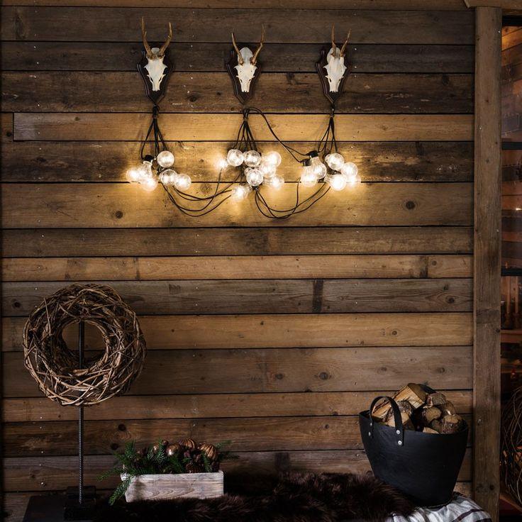 LED Party Lysslynge 10 Lys - Det er en enkel design på denne varmhvite LED lysslyngen fra Konstsmide med 10 klare E27 lyspærer på en sort kabel. Passer meget godt til paviljongen, balkongen eller til pynting ute til jul. Du må også gjerne bruke den innendørs om det er ønskelig.