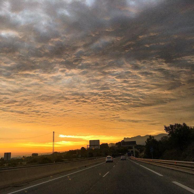 Este paisaje me ha acompañado esta mañana a la oficina ---------------- This beautiful landscape came this morning with me to the office #valencia #sunrise #spain #spainiswonderful #visitspain #valenciaturisme #naturaleza_comunidadvalenciana by consejero_viajero