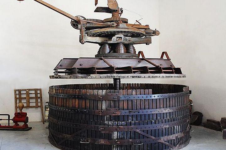 Чаще всего виноделы-любители используют ручной пресс из пищевой нержавейки на 6-15 л. Этого вполне хватает для домашнего хозяйства.  http://privatnamarka.com/category/domashnee-vinodelije/oborudovanie-dlja-vinodelija/pressa-dlya-vinograda-i-jablok/