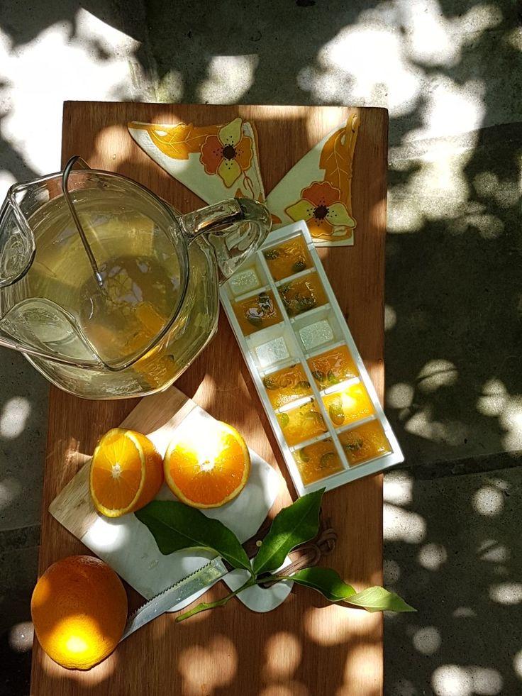 Cubitos de jugo de naranja (o cualquier citrico) para refrescarse en verano  Ideal para guardar el jugo cuando sólo usamos la ralladura de la fruta. Se puede agregar alguna hierba antes de congelar #bebidasrefrescantes #limonada #naranjada #naranja #receta #bebida #bebida #tips