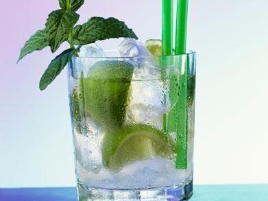 Hoe leuk is het om eens zelf de keuken in te duiken wanneer je zin hebt in een alcoholische versnapering? Maak bijvoorbeeld eens deze heerlijke en zomerse mojito's! Het duurt niet lang, maar ziet er wél ontzettend feestelijk uit. Cheers! Zomerse mojito's Recept voor 1 cocktail Wat heb je nodig? 1 kl suiker 1 limoen …