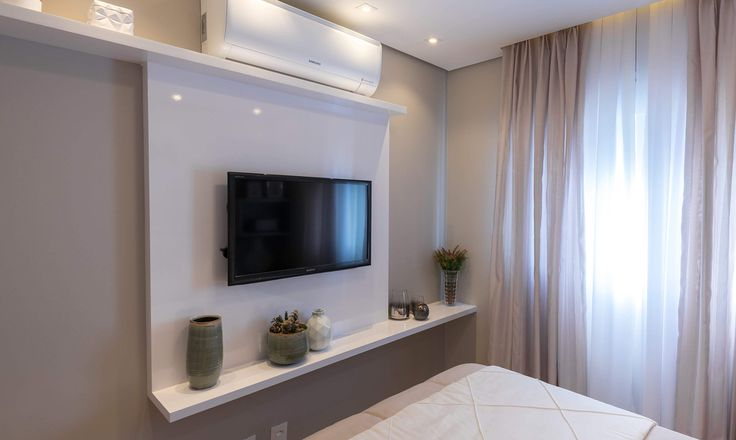 Habitaci n de matrimonio peque a con soluci n para el for Armario de pared con entrada equipada
