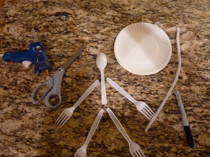 Este otro esqueleto para Halloween, también es muy original mucho mas rápido de hacer que el anterior esqueleto hecho de platos. También está hecho con materiales reciclados como un plato de papel, un limpiapipas blanco, cuatro tenedores y una cuchara...