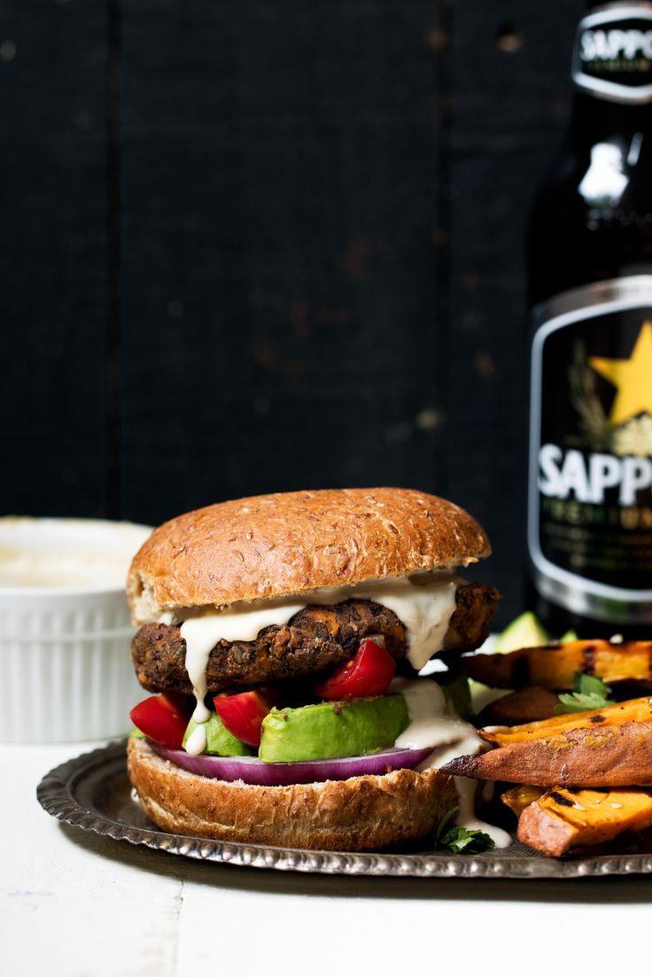 vegetariana deliciosa lleno veganos hamburguesas de frijol negro con un montón de especias.  Yo lo denomino la última hamburguesa negro de granos.  Cubra con aguacate, cebolla, tomate y salsa de ajo pasta de sésamo súper adictivo!