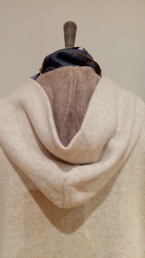 """En La Miringa tenemos el """"hoodie"""" de esta temporada, en cachemire de doble hilo y con capucha bicolor.  Ven a vernos!"""