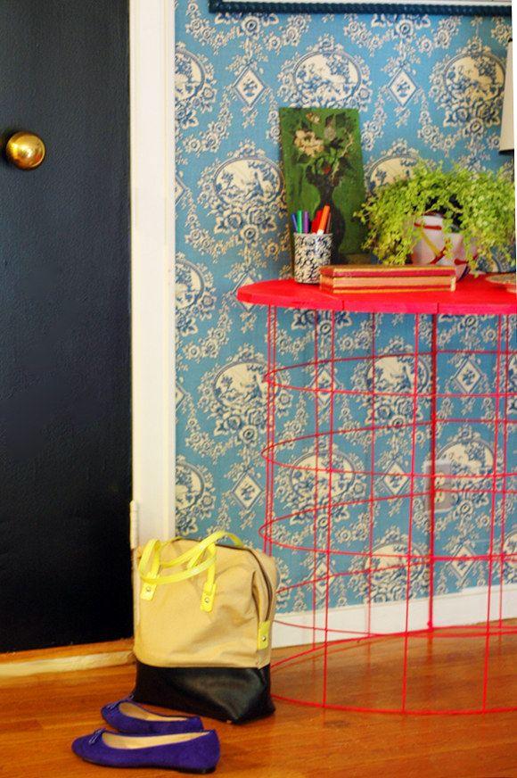 Faça sua própria mesa usando uma cerca e um pedaço de madeira de sucata. | 21 truques estranhos de decoração de casa que podem realmente funcionar