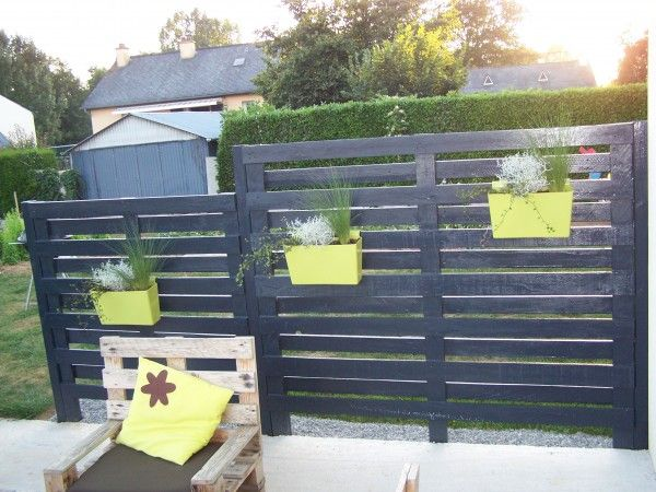 Here is a claustra made with pallets slats and painted with a blue coloured anthracite lazure !