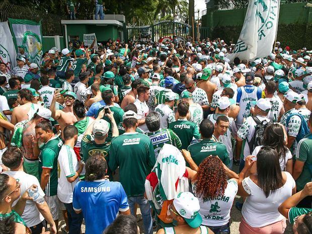 Próximo do título do Brasileirão, torcedores do Palmeiras comparecem em massa ao CT (Jales Valquer/Foto Arena)